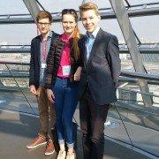 Dominique Ehinger, Louise Seyfried und Gabriel Karl in der Reichstagskuppel in Berlin